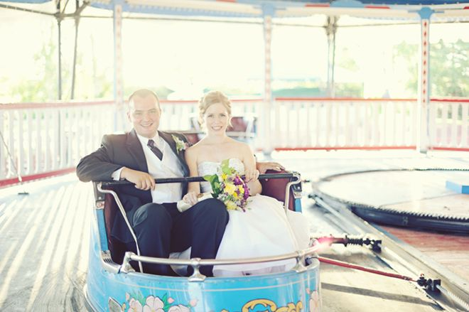 ドレスで遊園地ってこれ遊園地で挙式したらできるんか。