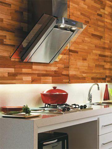 Nesta cozinha criada pela Formato Arquitetura, de Porto Alegre, a coifa de pa...