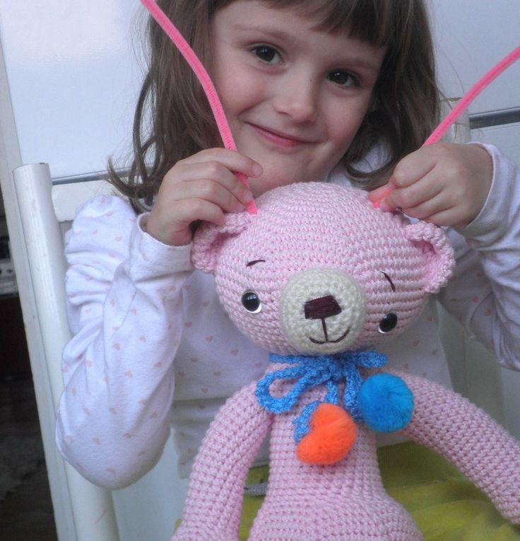 Růžový+háčkovaný+medvídek+-+vel.40cm+Medvěd+je+uháčkovaný+zjemné+růžové+příze+(materiál+bambus/bavlna),+je+vycpaný+dutým+vláknem,+očička+má+bezpečnostní+(se+zarážkou+v+rubu)+a+čumáček+je+ručně+vyšívaný.+Medvěd+je+vysoký+cca+40cm,+je+ozdobený+mašličkou+s+bambulkama+a+je+možné+mu+ušít+i+oblečky.+Cena+za+1ks+oblečků+40-50kč.