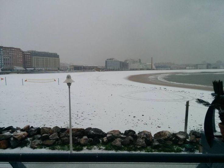 La nieve cubre de blanco Gijón, Playa de San Lorenzo, 06/02/2015