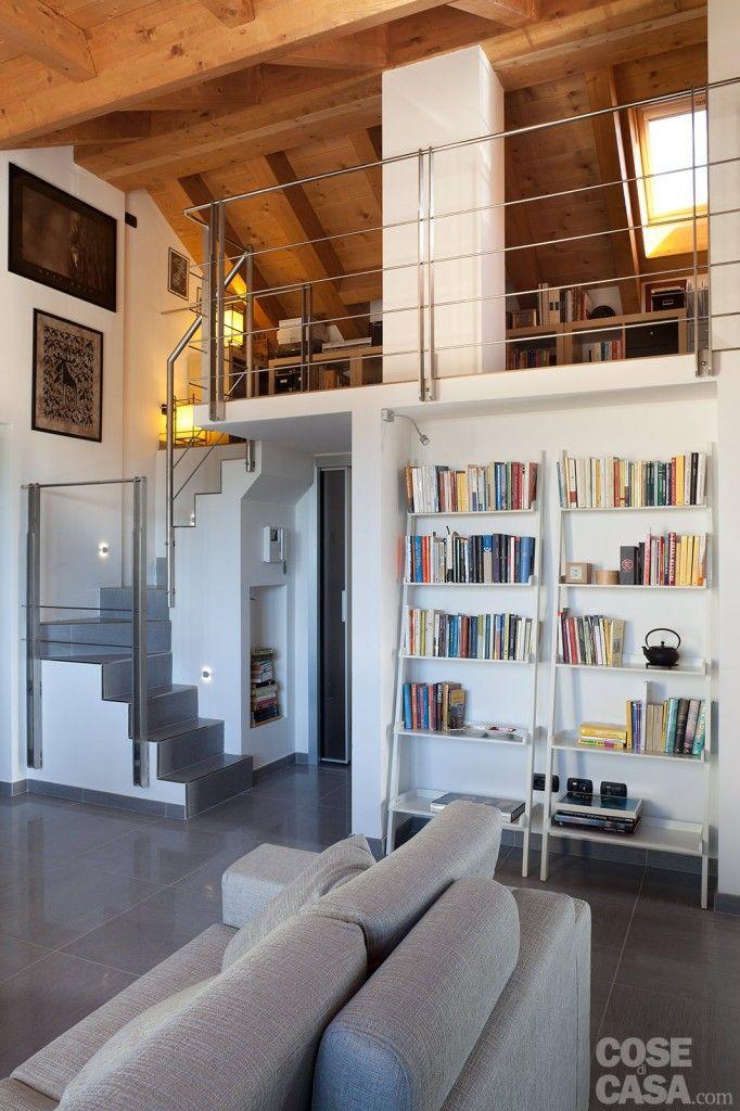 L'altezza della zona di colmo del tetto ha consentito di ricavare un'area studio sopraelevata affacciata sul soggiorno con una balconata in metallo.  #soggiorno #living #zonagiorno #casa #arredamentocasa #cosedicasa #design #home #house #cosedicasa