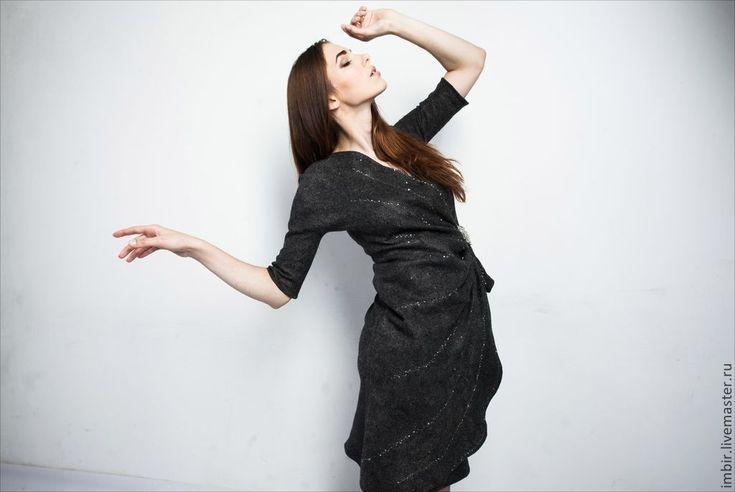 Купить или заказать Платье 'Серо-коричневое' (продано) в интернет-магазине на Ярмарке Мастеров. Элегантное платье с запАхом, украшает брошь ручной работы, выполненная в техник анкарс. Платье очень сложного и изысканного цвета: сочетание серого и коричневого. Оно входит в коллекцию 'Грани серого', которая демонстрировалась в Москве на 'Формуте…