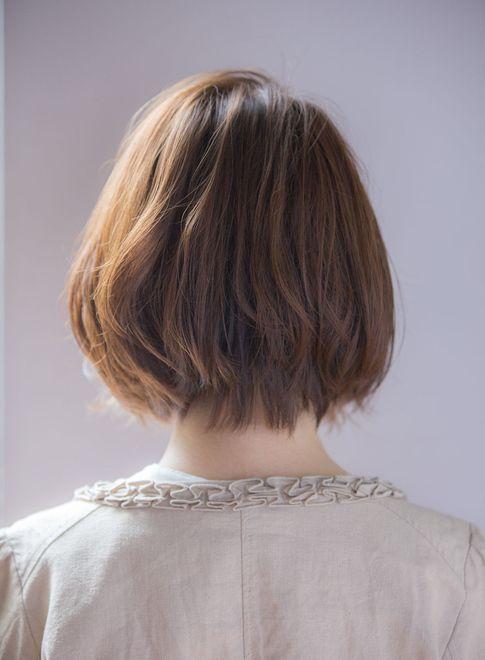 シンプルなスタイルですが束感とツヤ感で可愛いスタイリング簡単のナチュラルひし形ボブスタイル♪前髪はすき間を作って束感を出しながらワックスをつければ抜け感あるシースルーバングになります♪パーマは毛先ワンカールで無造作に動かしてもお洒落ですよ♪カラーは透明感と柔らかさのあるウォームグレージュで♪透明感のある柔らかいハイトーンなら外国人っぽい雰囲気に!黒髪やダークトーンなら少し大人なモードな雰囲気になります!どちらのカラーでもハイライトやローライトなどをプラスするとより立体的になり動きもついてオススメです♪一人一人に合わせた小顔似合わせカットが得意ですのでぜひ一度ご相談ください♪
