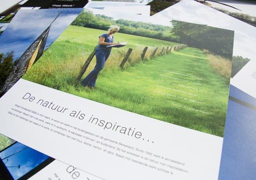 Portfolio Kunst van Koldeweij. Mirjan Koldeweij, beeldend kunstenaar, presenteert zich in een portfolio met losse kaarten. Deze kaarten worden samen gevoegd in een dunne houten box.
