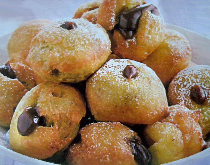Ricetta Castagnole al cioccolatoer le frittelle:   500g di farina 4 uova 2 bustine di zucchero vanigliato 170g di zucchero 1 bicchiero scarso di latte 1 bustina di lievito per dolci 1 pizzico di sale la buccia grattugiata di un limone olio di semi d'arachide per friggere zucchero a velo q.b.