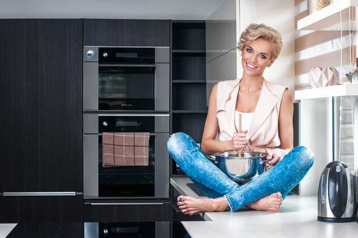 Elegantní, malá, ale přesto plně funkční kuchyň s vařením v prostoru, které udržuje kuchařku v kontaktu se zbytkem obývací místnosti. Sestava skříní skrývá dostatečný úložný prostor, aniž by působila přespříliš mohutným dojmem. Funkčnost kuchyně zvyšuje jejich vyspělé vnitřní vybavení, jež umožní efektivní využití obou rohů. Ve stejném dekoru jako kuchyňský nábytek je vyroben i jídelní stůl.