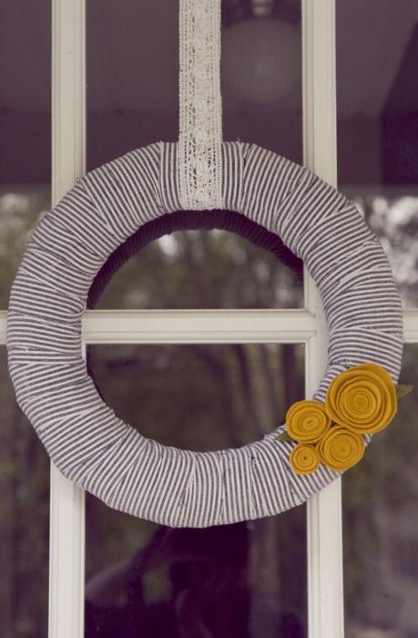 diy summer wreath: Back Doors, Ribbons Wreaths, Summer Wreaths, Red Flowers, Front Doors, Cute Wreaths, Wreaths Ideas, Simple Wreaths, Felt Flowers
