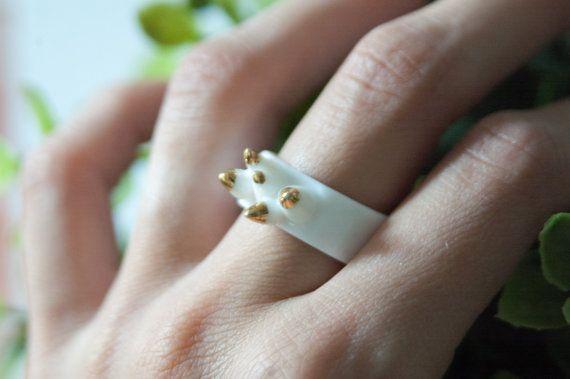 Bague en porcelaine avec de l'or des étincelles  Cette bague est faite de porcelaine. Artisanat de porcelaine est un long processus qui exige la diligence et la patience. Ce bijou de porcelaine a été élevé ont tiré trois fois: biscuit cuit, lustre glacé et platine plaqué.  ••• Matériaux: lustre en porcelaine et or blanc •  ••• D'autres détails: • TAILLE ~ 5, 6 1/4 et 6 3/4 (c'est la bague à la main et la taille mesurée au point plus étroit)  •• N'oubliez pas que c'est une bague d...