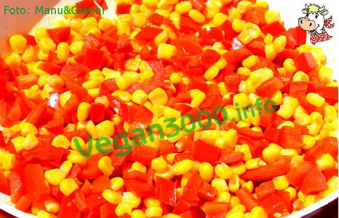 Ricetta vegan - Mais saltato in padella con peperoni: Lavate i peperoni e tagliateli a cubettini, grosso modo della stessa grandezza dei chicchi di mais. Scaldate l'olio in un padella, aggiungete i peperoni ed il mais e fateli saltare a fiamma alta per