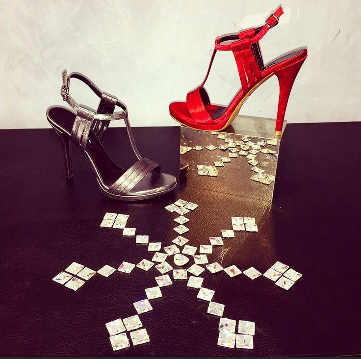 Sandalo realizzato in Edizione Limitata, in raso rosso e raso piombo!! Scegli il colore che preferisci e crea uno style unico per i tuoi eventi Glamour!!!
