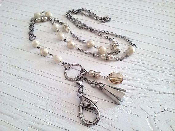 Collier porte-insigne chic perles de verres swarovski