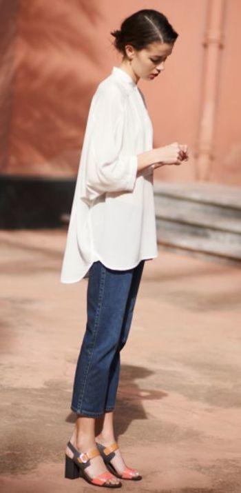 フェミニンなタッチのロングシャツとサンダルが大人可愛い印象のスタイリング。 カジュアルなデニムで「はずし」の効いたお洒落なコーディネートです。