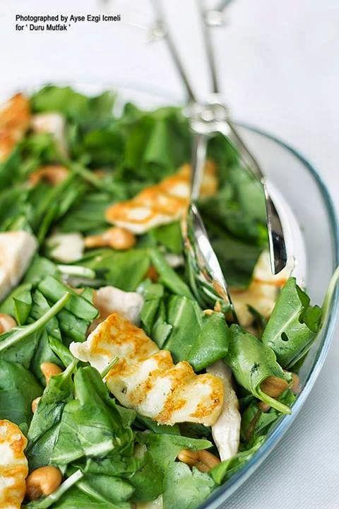 Sonbahar soframızın  en sevilen tariflerinden biri Hellimli Tavuklu Salata.. Besleyiciliği ve zararsızlığıyla herkes tarafından korkmad...
