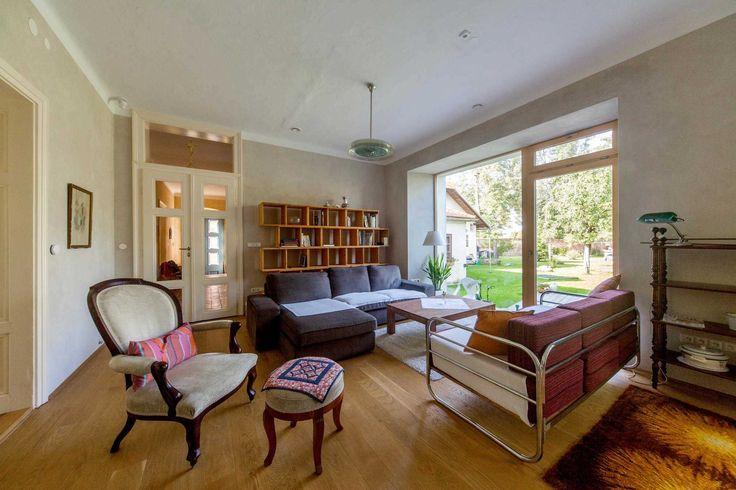 Obývací pokoj s francouzským oknem a knihovnou