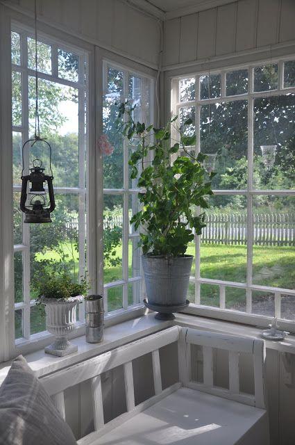 hangende stormlamp buiten of binnen (badkamer) en plant in zinken pot, leuk voor de keuken