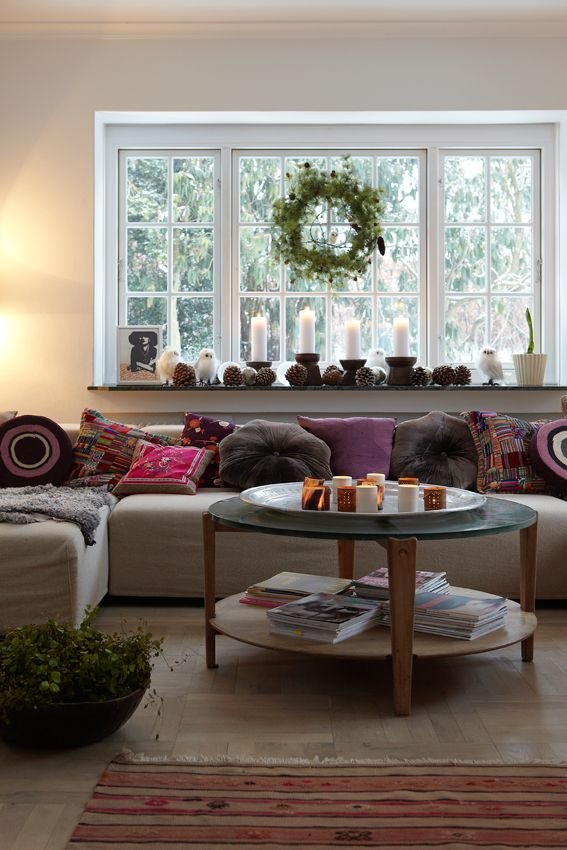 """""""Jag älskar vårt soffbord från 40-talet. Kontrasten till soffan är så fin"""", säger Kathrine. Soffan f..."""