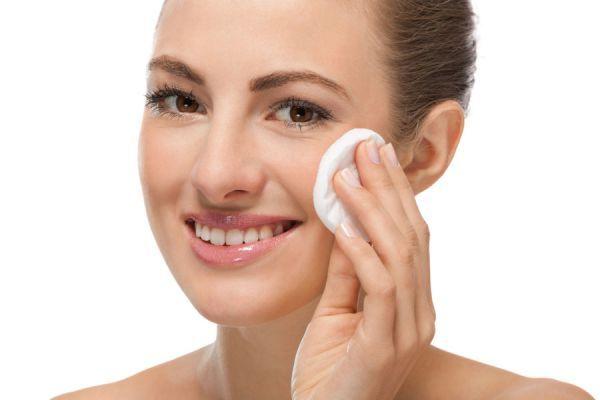 Aprende a hacer tu propio removedor de maquillaje casero, fácil y muy económico.