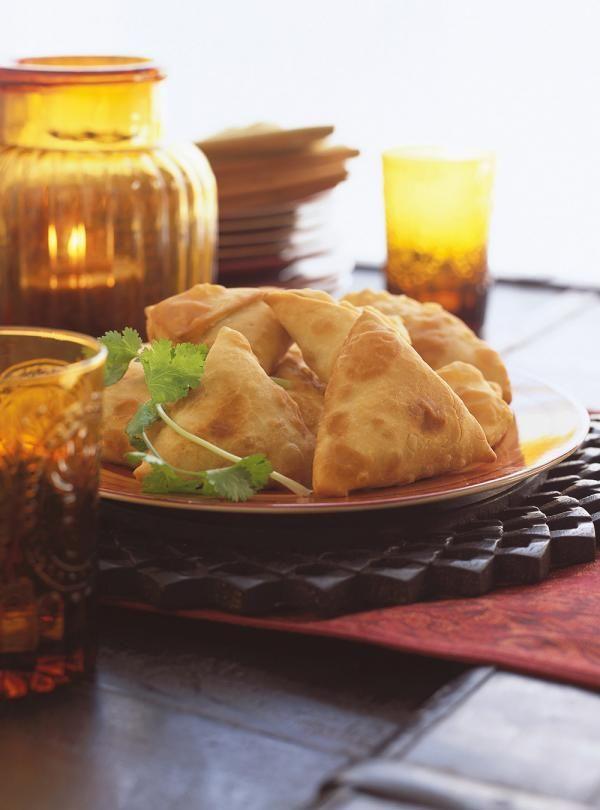 Recette de Ricardo de samosas. Ces petits beignets triangulaires farcis aux légumes originaires de l'inde font une excellente entrée lors de réceptions.