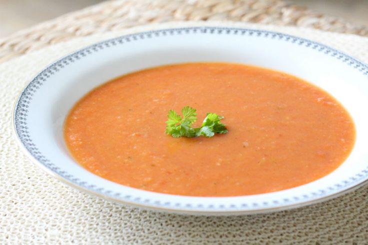 Deze tomatensoep is heerlijk zoet van smaak! Naast tomaten heb je bizar weinig nodig om dit soepje tot een succes te maken. Met de herfst in aantocht een perfect recept om eens te proberen.