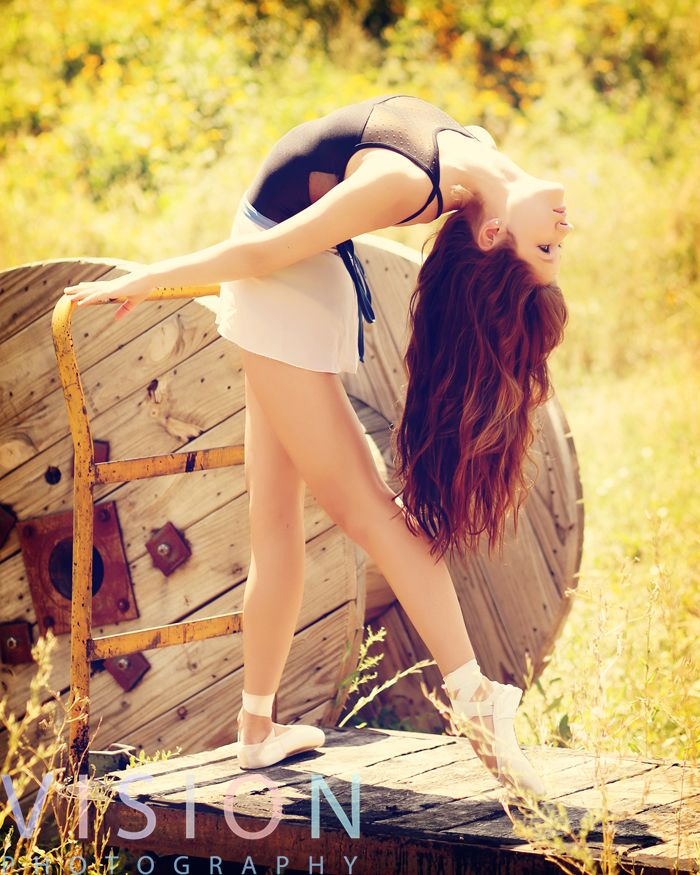 Dancing pose idea for senior pictures. For more photos and pose ideas visit: visionlookbook.com