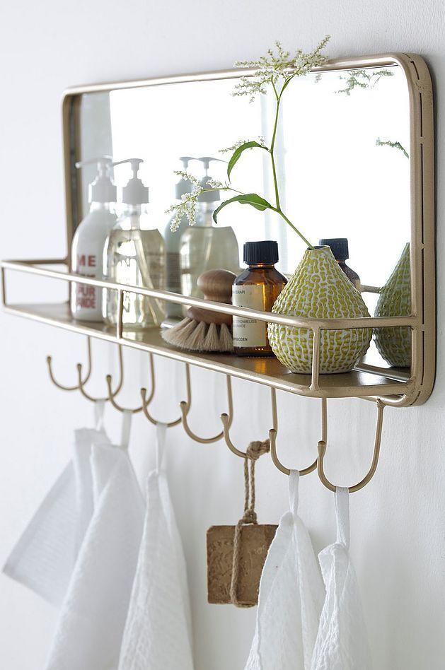 Kaunis ja käytännöllinen hylly kylpyhuoneeseen tai saunan pukutiloihin. Lempisaippuat riviin ja muutama kukka pihalta – peili tuo valoa pieneenkin tilaan ja naulakoita ei vain voi olla liikaa. #bathroom