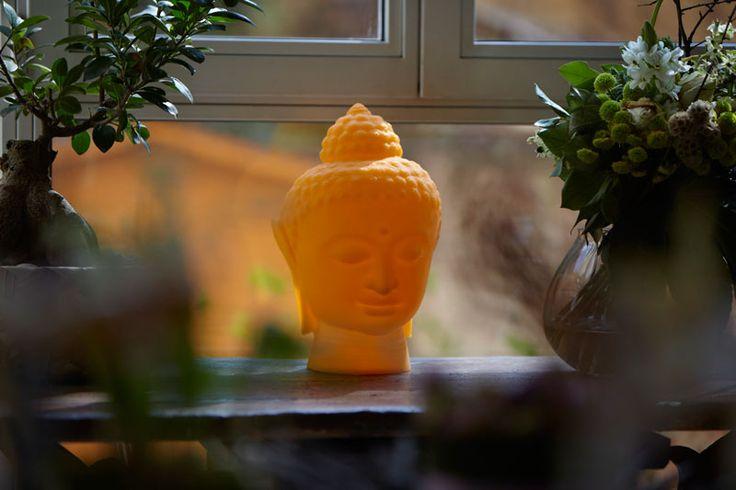 Ce visage limpide désigne une personne ayant, par sa sagesse, réalisé l'éveil. Buddha pur et parfait engendre une ambiance ultra zen. Il investit votre intérieur de façon insolite, créant une déco baroque, décalée et prolongée.