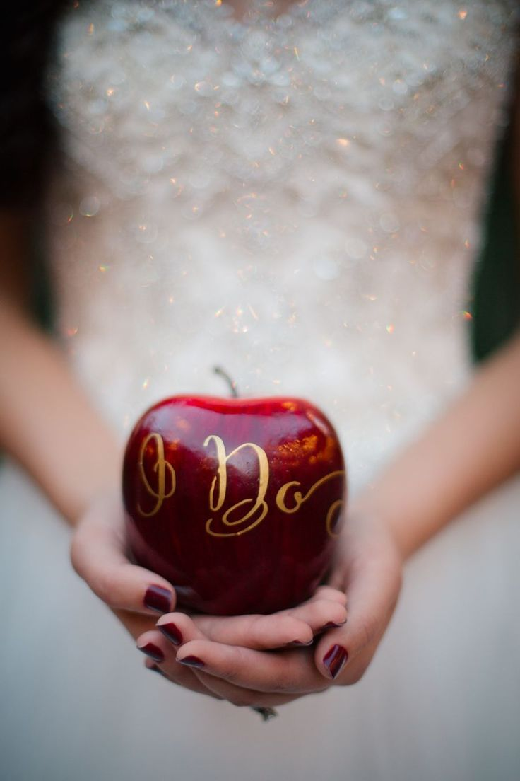 Snow white themed wedding with lots of apples. Red Weddings // Aisle Perfect