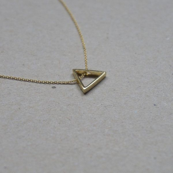 TRIANGLE NECKLESS