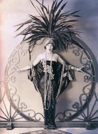 1920er Jahre, Federn, dramatisch drapiertes Kleid …