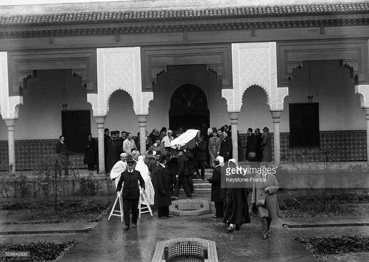 Personnes assistant aux funérailles du peintre orientaliste Etienne Dinet alors que le cercueil contenant son corps est porté dans la salle des prières de la mosquée musulmane de Paris en décembre 1929 à Paris, France.