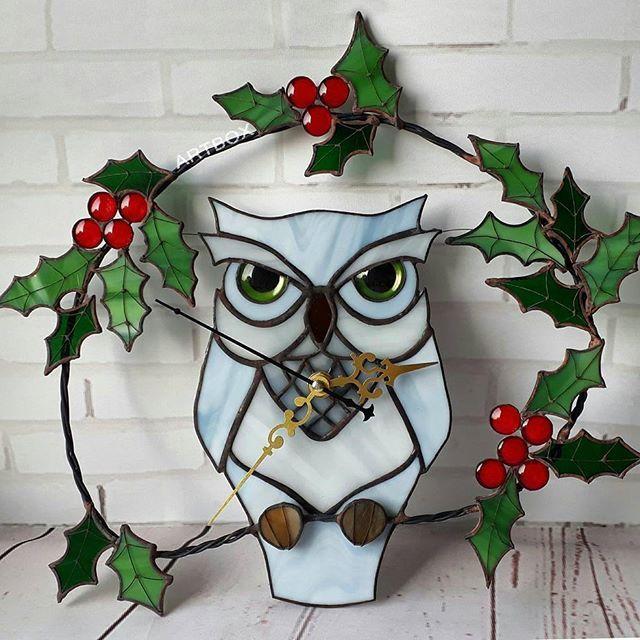 У нас в мастерской новые часики! Мудрая важная полярная #сова на веточке #остролиста всегда покажет правильное время! 😉 #часы #стекло #витраж #тиффани #подарки #sova #artboxsova #artboxglass #stainedglass #glass #glassart #art