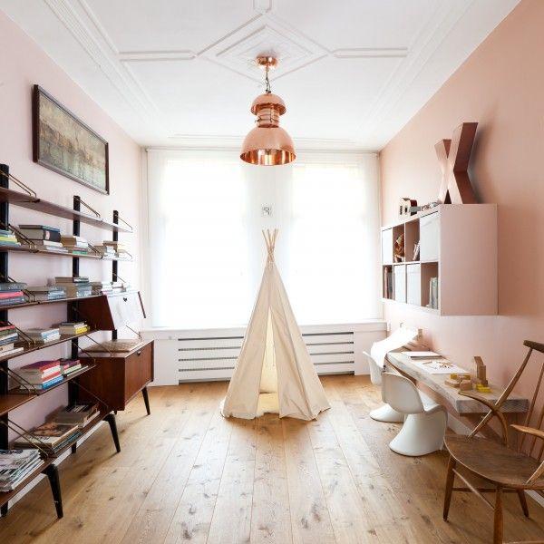 In aflevering 9 van vtwonen weer verliefd op je huis zien we Petra (39) en Arjen (44) uit Rotterdam. Zij houdt van spannende contrasten, hij is een tikje behoudend. Samen komen ze er niet uit, vtwonen stiliste Marianne Luning zorgt voor een prachtig interieur. #vtwonen #tvprogramma #sbs6 #weerverliefdopjehuis #styling #interior #nudes #pink #cosy