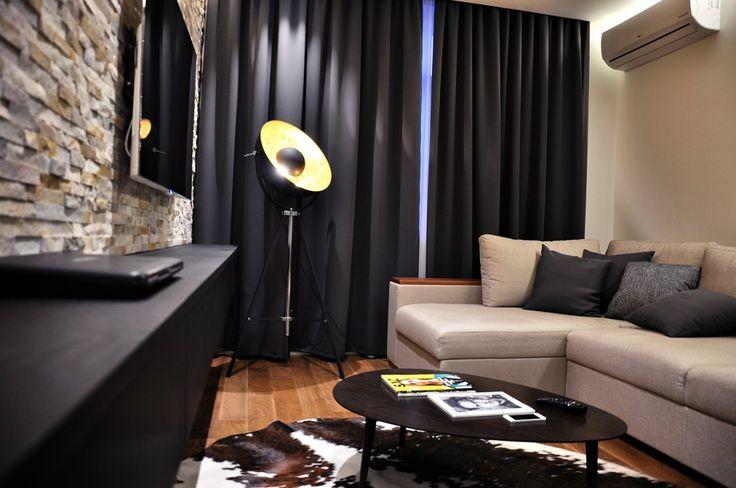 дизайн проект квартиры в ЖК пятницкие кварталы, дизайн интерьера ЖК пятницкие кварталы, современная лестница, проект реализация, ремонт квартиры, современный интерьер,  современная гостиная, интерьер гостиной, гостиная в стиле модерн, темные шторы