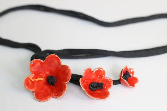 Deze magische ketting is een accessoire die veel warme complimenten krijgt. Elegante en speelse, past mooi bij een shirt of een zwart / witte jurk. En het is verrassend licht ook - slechts 35 gram.  Perfect voor heel het seizoen van vakantie partijen!  Keramische bloemen met heldere rode glazuur die ik maak mezelf. De bloemen zijn 1,8(4,5 cm), 1.2 (3,5 cm) en 1(2,5 cm) in diameter. De tekenreeks is van zwarte katoenen, de lengte is 15,5(40 cm).  De ketting is verpakt in een doos van de g...