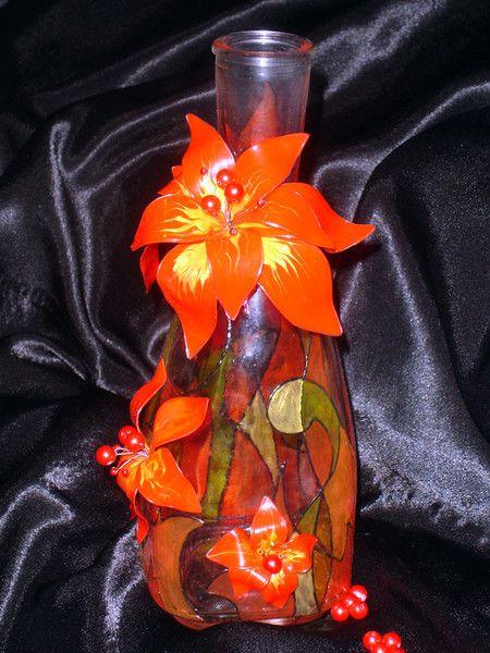 Мария Шин (Фрида). Цветочки сделаны из тех же витражных красок, которыми бутылка расписана - из витражек-прилипалок - это такие детские краски не для запекания. На файлике каркас проволочный выкладывается и заливается этими красками. После высыхания срезается все лишнее и собирается цветок.