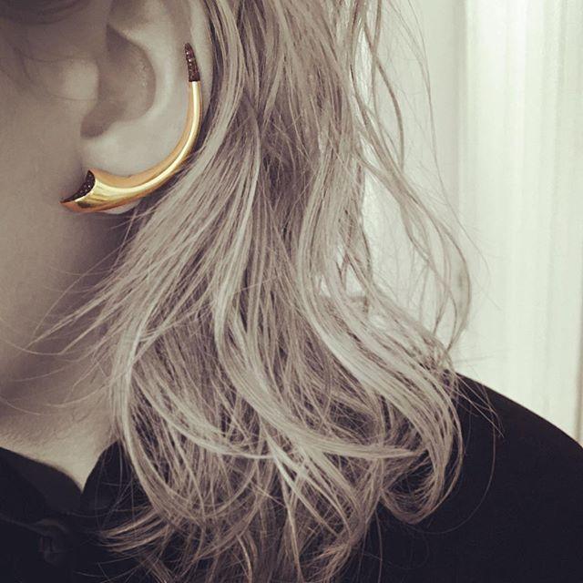 Fur & Claw Friday 💫#furandclaw #humphreybutlerltd #BBxHB #collaboration #earcuff  #yellowgold #blackdiamond #goldearcuff #contempraryjewellery #earrings #finejewelry