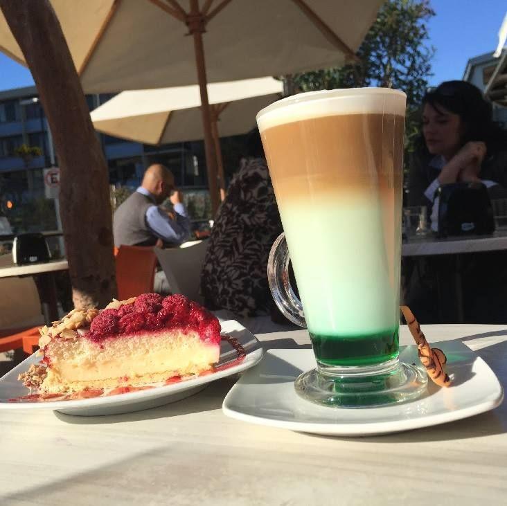 Porque siempre le colocamos color a la vida en este exquisito Latte Menta acompañalo de una tartaleta de Frambuesa y tendrás un día lleno de color...