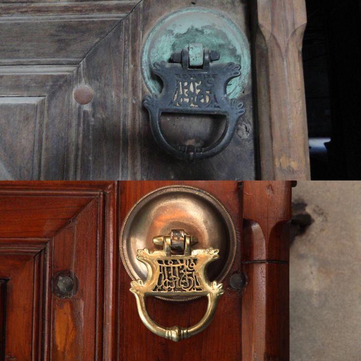 """Nuruosmaniye Camii kapı tokmağı: """"iftah lenâ hayra'l-bâb/bize hayırlı kapı aç"""" Restorasyon öncesi ve sonrası. Alttaki foto. Aras Nefçi #OsmanlıDevleti"""
