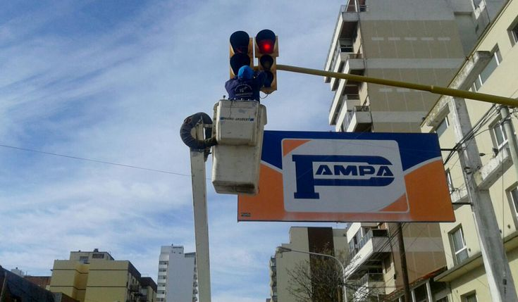 LAVOZ DEL QUEQUEN : Innovan los semáforos de Necochea con sistema LED