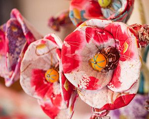 This colorful bouquet of quilted fabric poppies, created from FreeSpirit Memory Lane by Nel Watmore, will surely brighten up your spring decor! The @coatsandclark bouquet contains tall stems with fully open blossoms, revealing bead-embellished felt and fabric centers, as well as gracefully arching smaller stems with sculpted fabric buds.