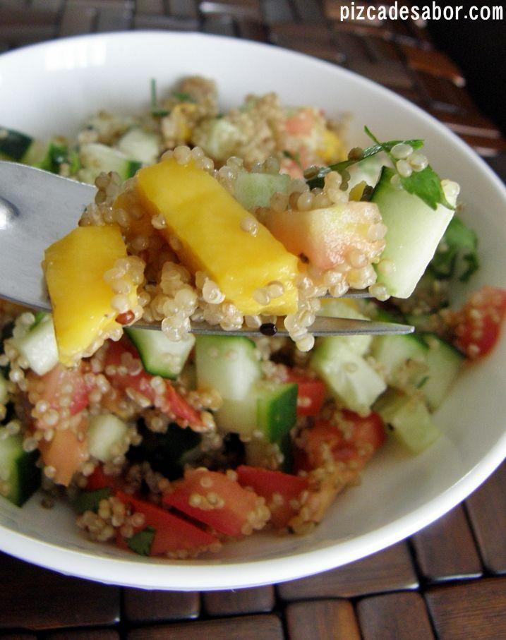 Aprende a preparar una fácil pero deliciosa ensalada de quinoa, con tomate, pepino, mango y un aderezo muy sencillo. Perfecta para los días de calor o para la oficina.