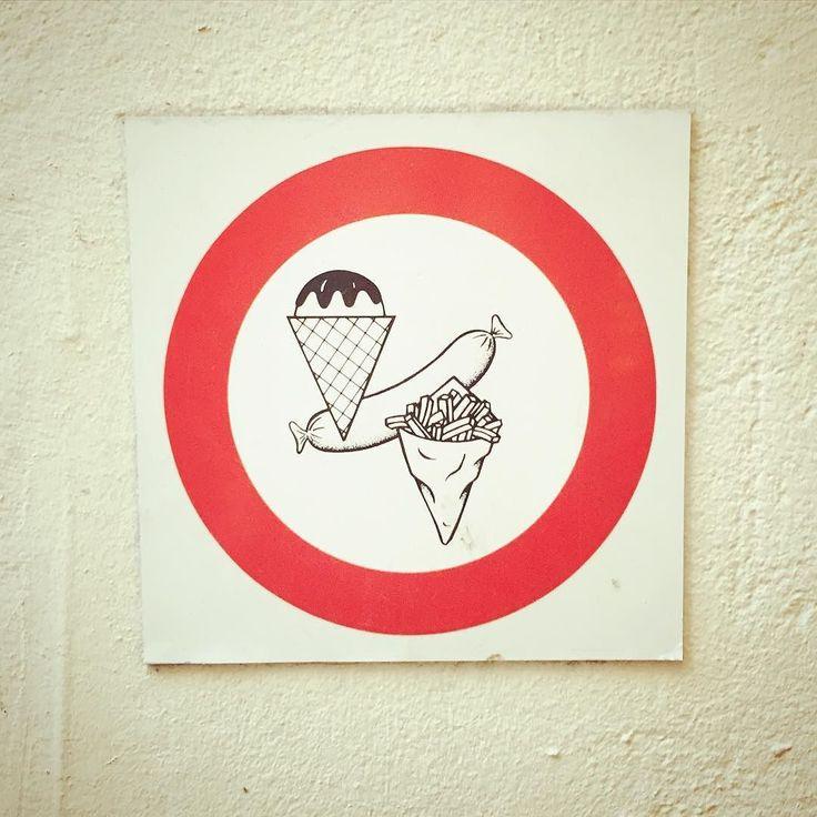 食べ歩きには困らないむしろ食べたいものがあり過ぎて困るアムステルダムなのでモールの入り口にはこんなサイン 普通は逆な気がするんだけど . . . #amsterdam #netherlands #holland #travel #trip #worldtraveler #sign #mark #funny #dutchstyle #fries #sausage #icecream