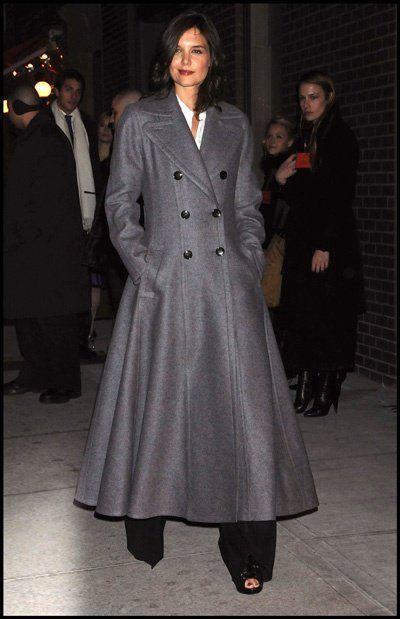 O que vocês acharam do casacão da Katie Holmes na inauguração da Hermès men`s store? Eu achei longo demais. Por mais que ela seja muito alta achei que ficou um pouco esquisito. Vocês gostaram???