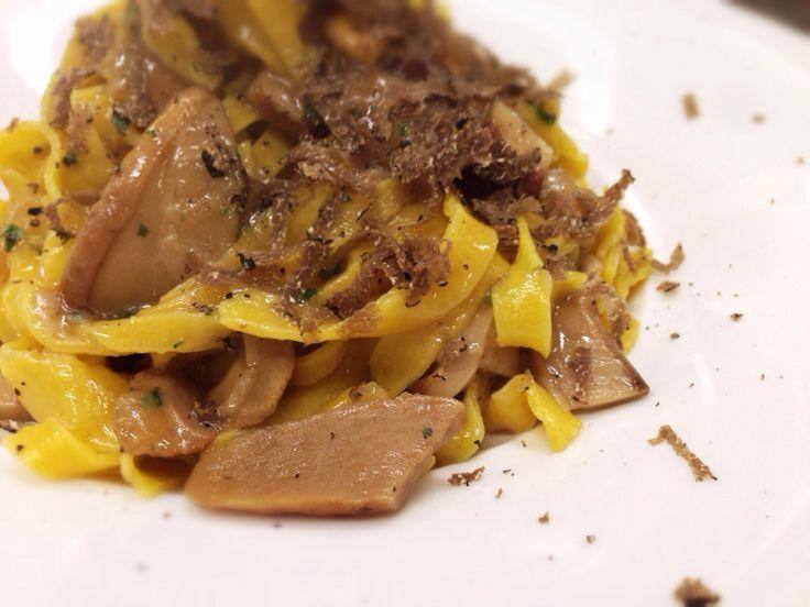 Tagliatelle con funghi porcini e tartufo nero pregiato.