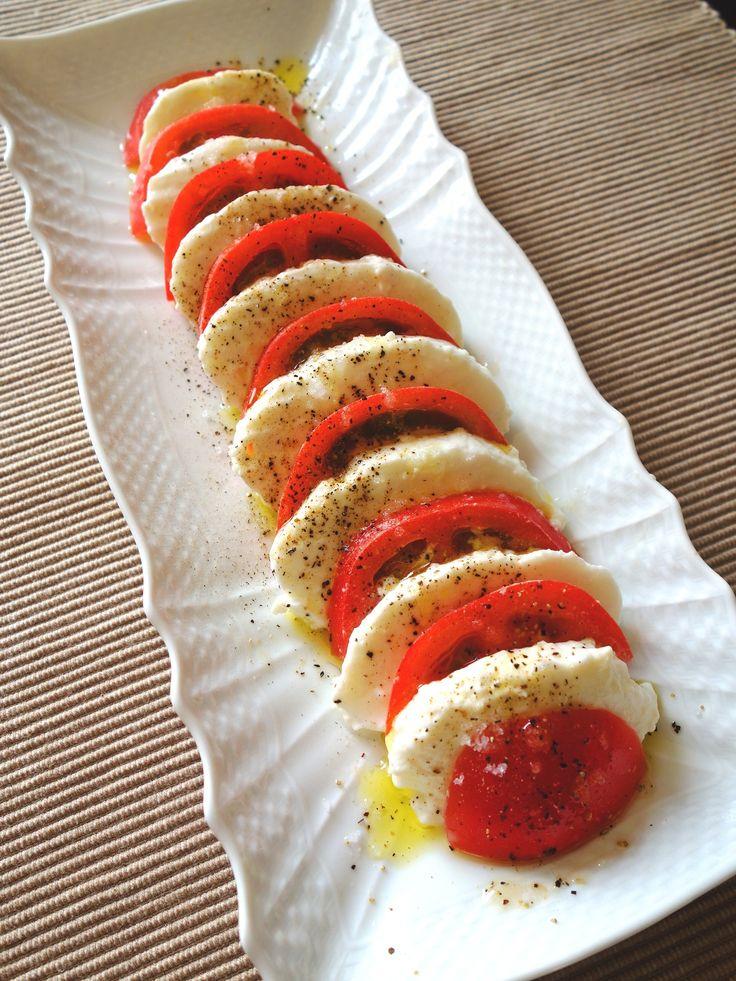 トマトとモッツァレラのカプレーゼ by Y'sさん / バジルがなくても大丈夫☆トマトとモッツァレラをスライスして交互に並べ、調味料をかけるだけで立派な前菜に♪ / Nadia