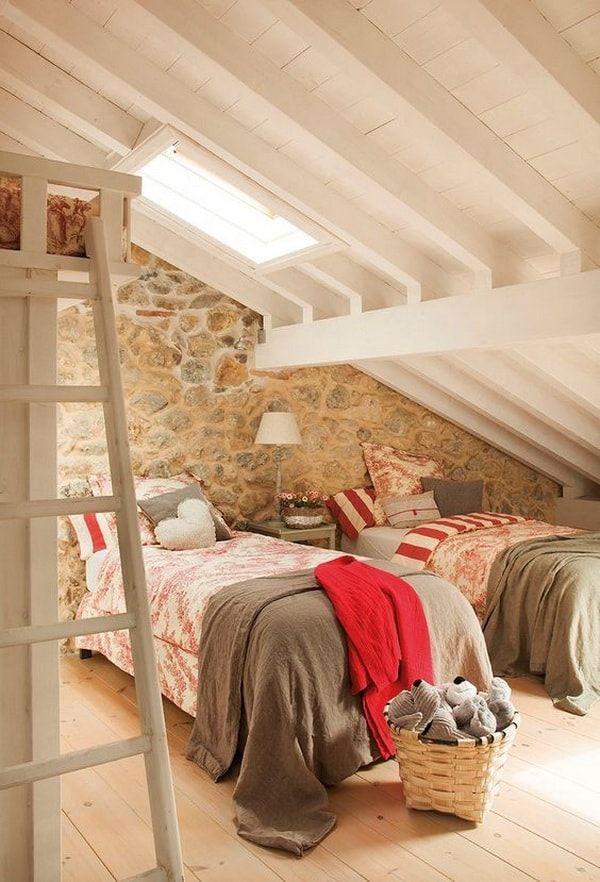Tragaluces en áticos. Dormitorios en áticos. Claraboyas. Tragaluz en techo inclinado.