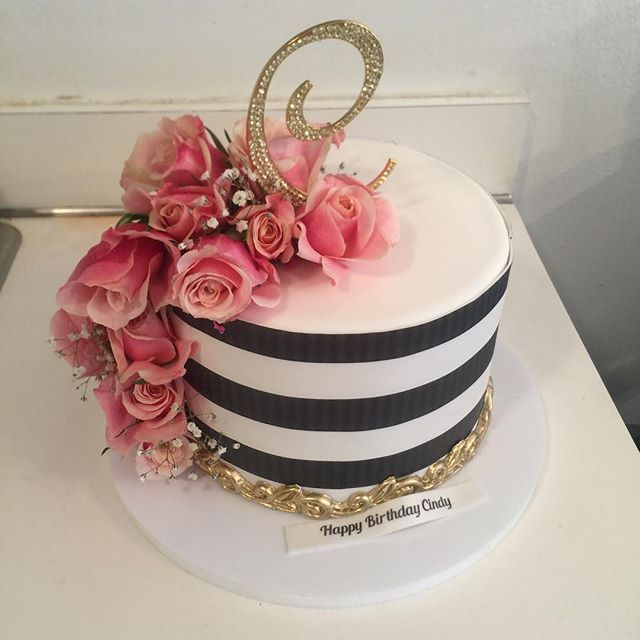 A beautiful black and white striped birthday Cake for Cindy ✨ w/ @mell_cakes #stripes #blackandwhitecake #gold #pink #katespade #cascading #cascadingroses # #dr #santodomingo