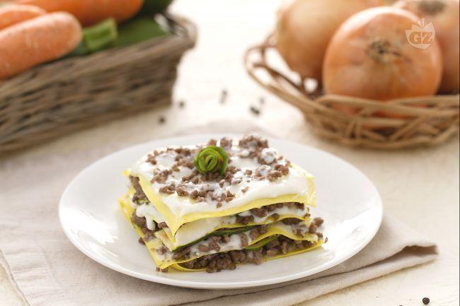 Le lasagne al ragù bianco e zucchine sono un primo piatto dal gusto unico: sfoglie di pasta all'uovo che racchiudono una farcitura succulenta.