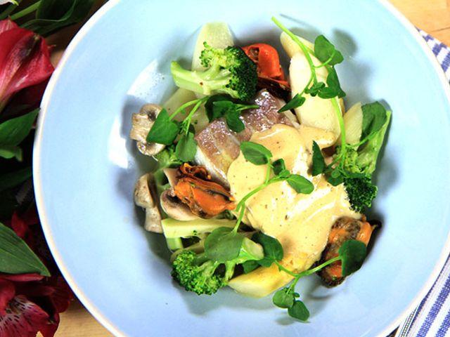 Sej med krispiga grönsaker och brynt smöremulsion (kock Tommy Myllymäki)
