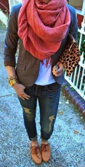 Stringate basse marroni color cuoio con jeans